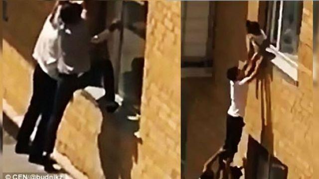 【影片】女童雙腳懸空坐窗邊 路人疊「人肉金字塔」神救援