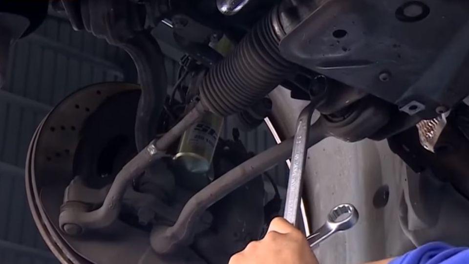 車體大梁在車底 若遇撞擊扭曲可修復板正