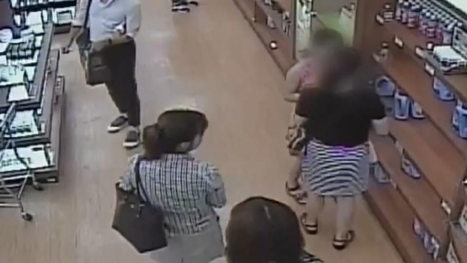 媽媽眼神暗示!九歲女賣場偷走客人遺失手機