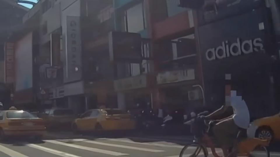 砰! 單車轎車相撞 少年閃離報警 駕駛傻眼
