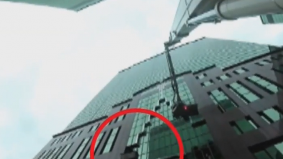洗窗工因停電卡9樓外高空 出動雲梯車急救援