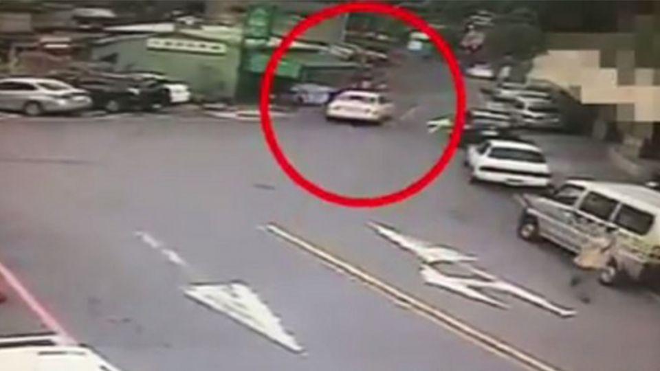 驚嚇直擊擄人!女遭綁塞後車箱…國道上「一隻腿掉出來」