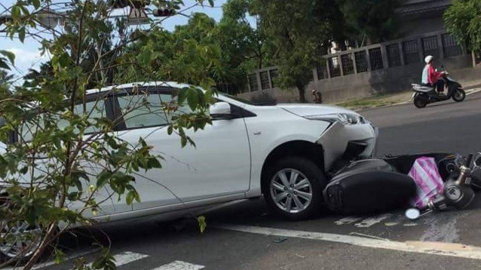 她背7月大嬰停「待轉區」遭撞 三寶駕駛肇事理由超無言