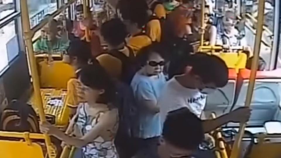 賊搭公車偷司機包包快閃 警訪40戶逮人