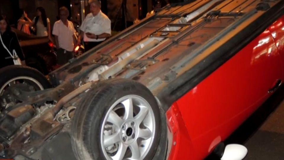 疑路邊停車自撞翻覆 保全助女駕駛脫困