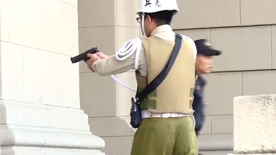 總統府親子日濺血! 偷軍史館武士刀砍憲兵