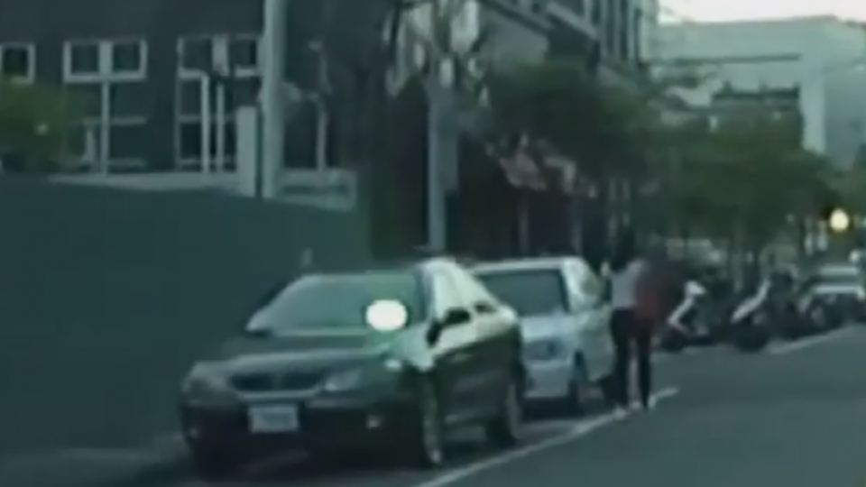 「雷射筆照射對向車」險害撞 毒犯辯:怕被警抓