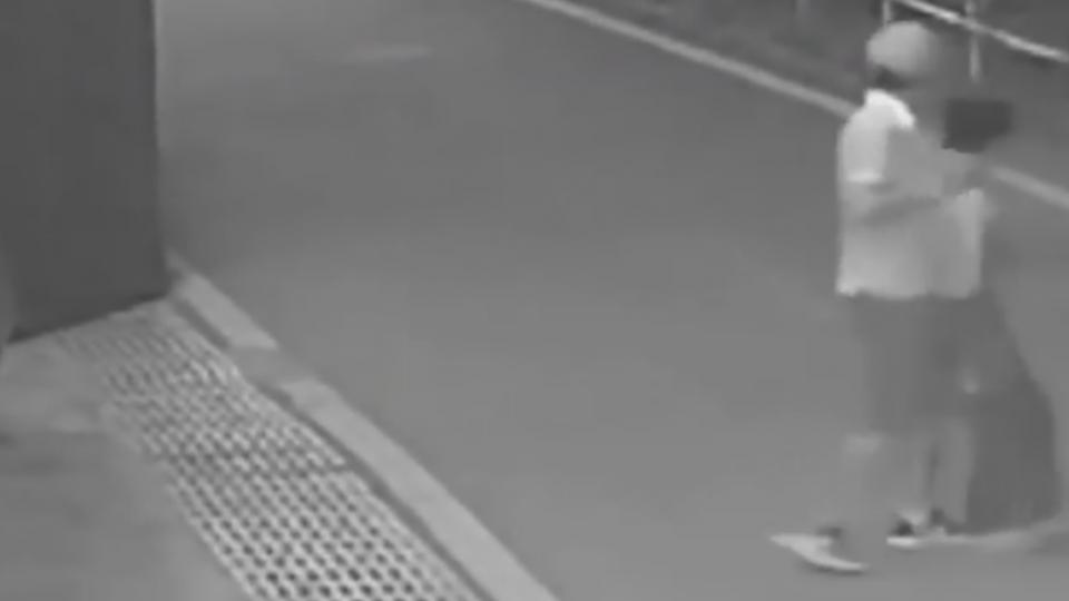 男缺錢持刀挾男童 保安「鎖喉抱摔」制匪救人