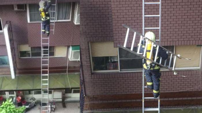 消防員「單手扛7公斤掛梯」爬4樓救女 網:勇猛!