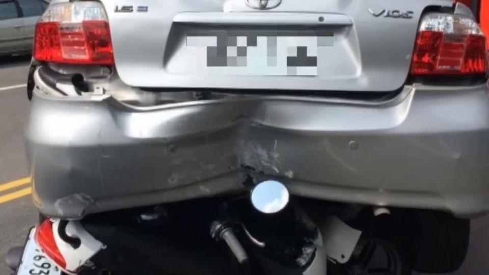 機車追撞轎車直立卡車底 民眾驚呆:神車