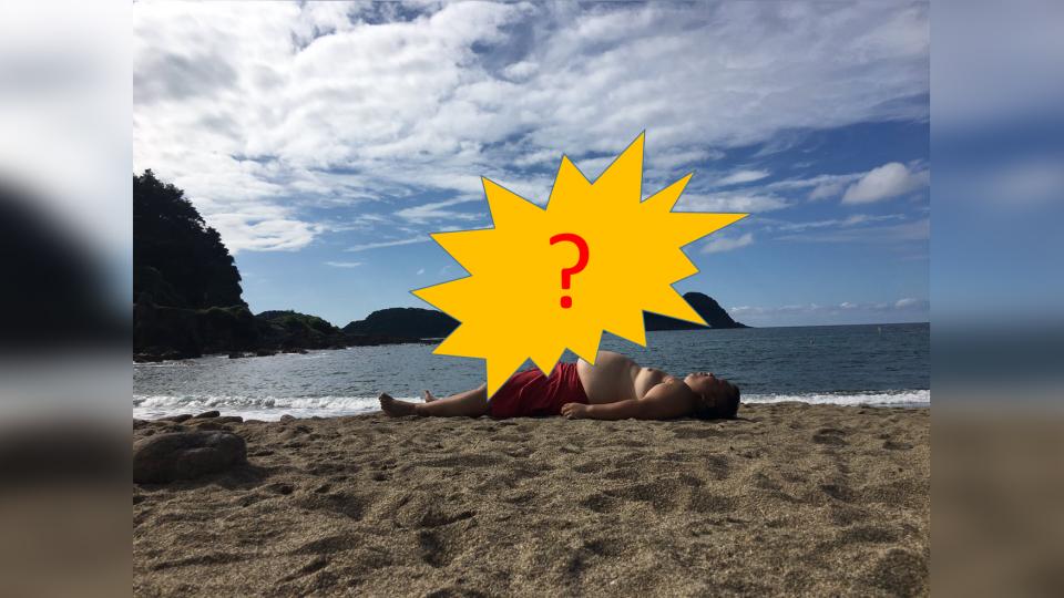 沙灘日光浴!肥肚哥側寫…驚見超巨大影子 驚呆11萬網友