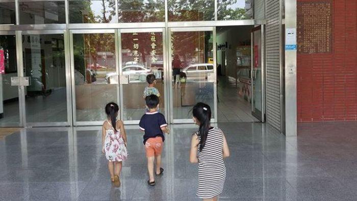 路上撿到50元銅板 4歲正義娃揪「哥哥姊姊」壯膽報案