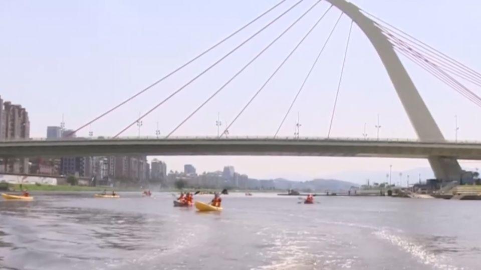 爺奶兒孫玩水趣 大佳河濱公園體驗划船