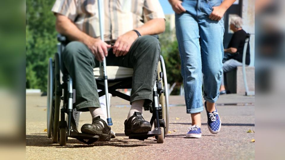 車禍撞殘腳無法工作?輪椅遊民竟要75歲母「每月給他1.5萬」