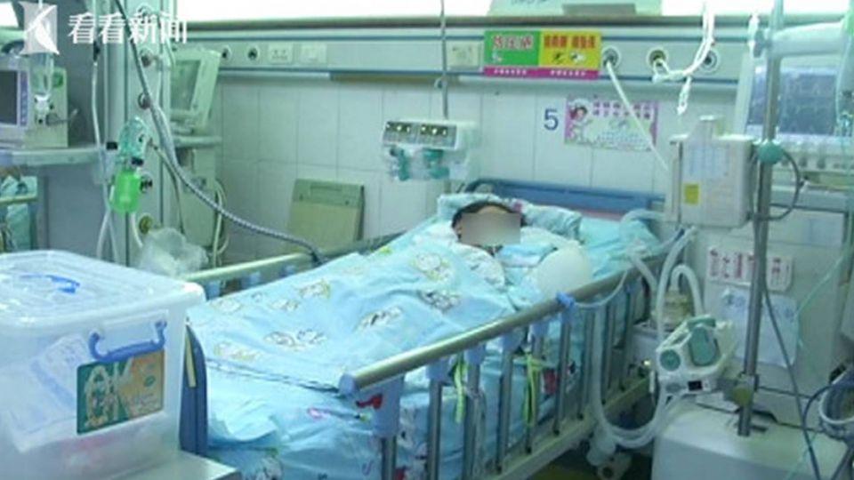窗簾繩勒脖「臉鐵青」 4歲姐目睹「妹妹站著睡著了」