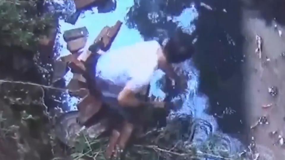 彰警跳入排水溝撈槍 遭磚牆壓斷腿