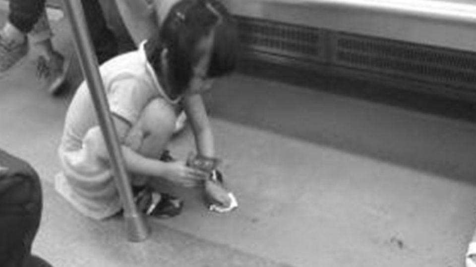 「怕有人踩到滑倒」女童車廂內蹲地擦水漬 貼心舉動網讚翻