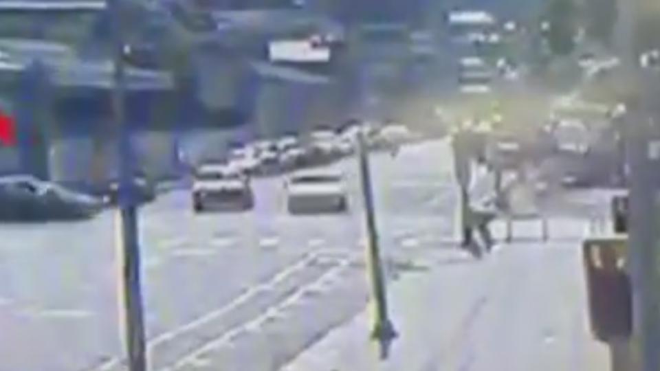 酒駕BMW闖紅燈 撞飛直行車衝上人行道