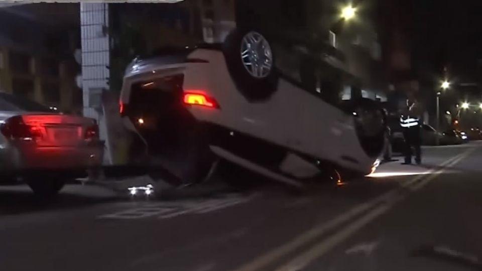 酒駕失控撞翻車 駕駛向妻鞠躬道歉「對不起」