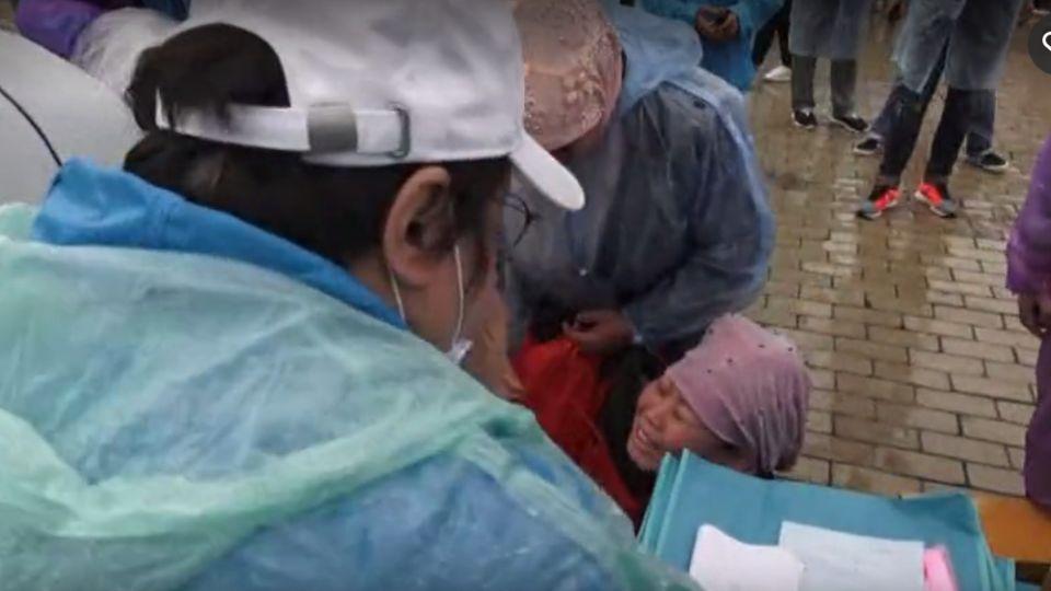 【影片】絕症女跪地哭求「我不想死」 韓紅淚崩掏10萬援助