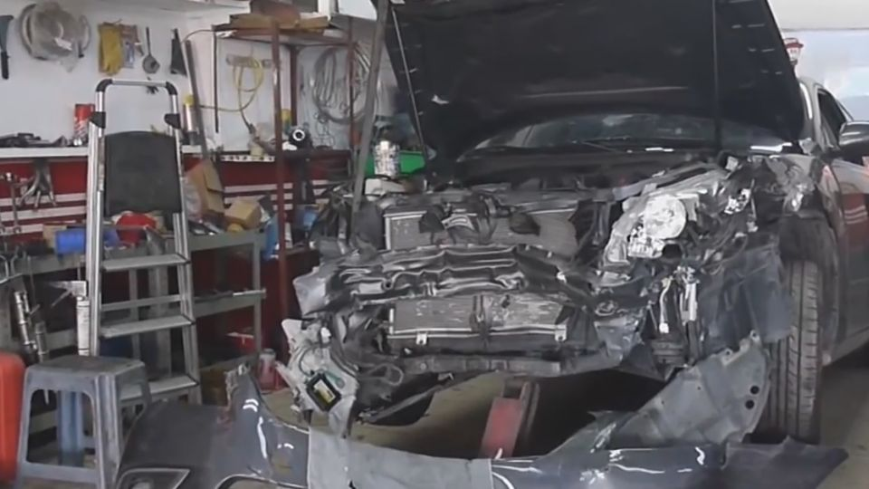 疑車速過快 連撞兩車斷燈桿 駕駛竟棄車逃