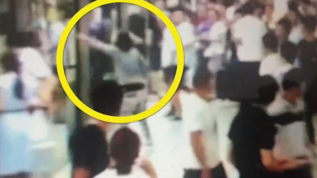 她「滿臉腫瘤」地鐵乞討 車門一開…乘客失控奔逃