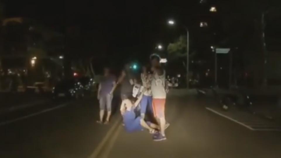 世大運選手喝掛躺路中?車主經過險撞