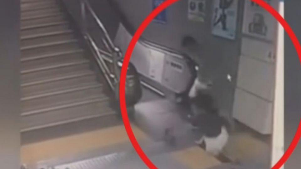 武漢地鐵乘客暴走!被乞討女嚇到 眾乘客奪門而出