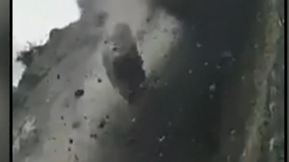 山崩碎石雨變「巨石雨」 民眾錄影驚睹