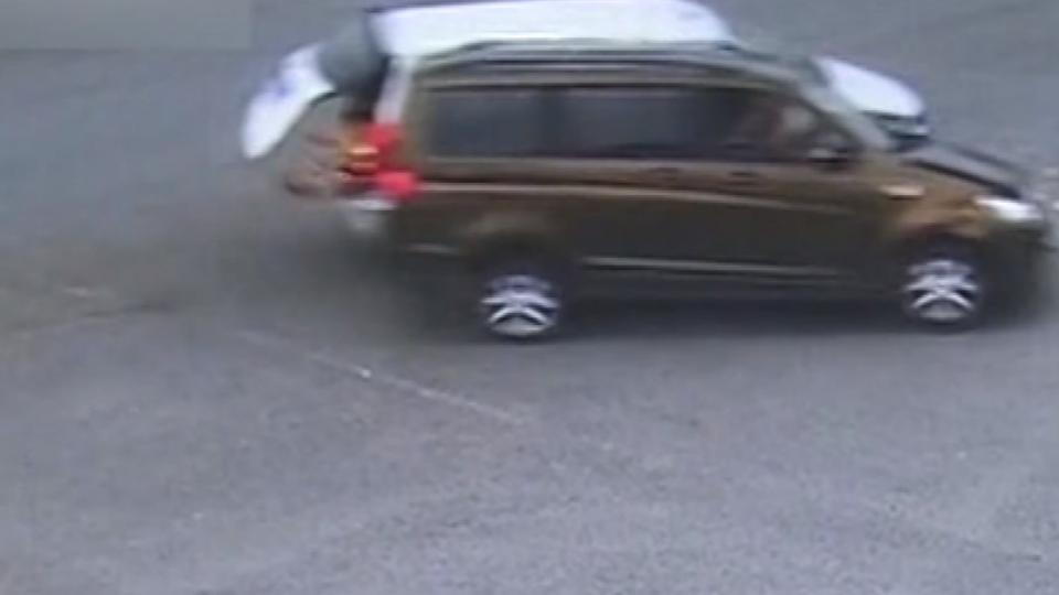 馬路驚魂! 騎士違規又撞警 兩車撞童掉車外