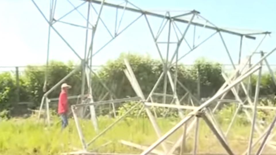 隨時會倒!?台電高壓電塔鏽蝕 33年鐵柱一敲就碎