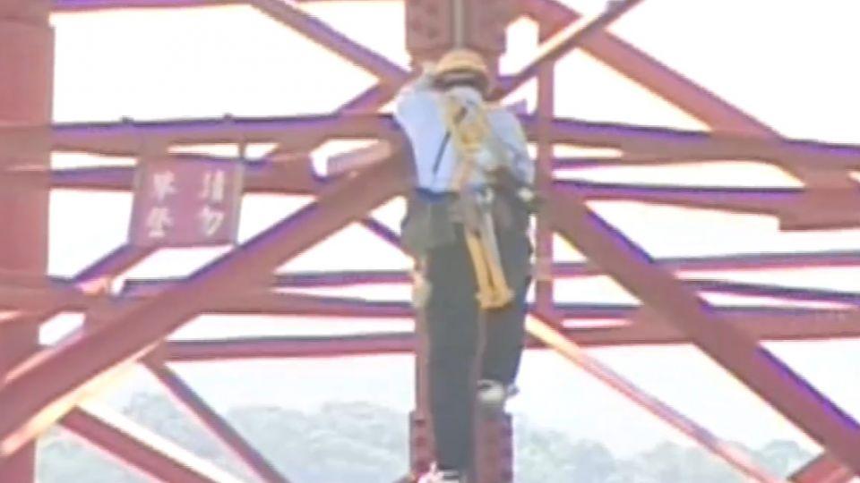 電塔鏽蝕綁木條支撐?!台電:臨時權宜措施