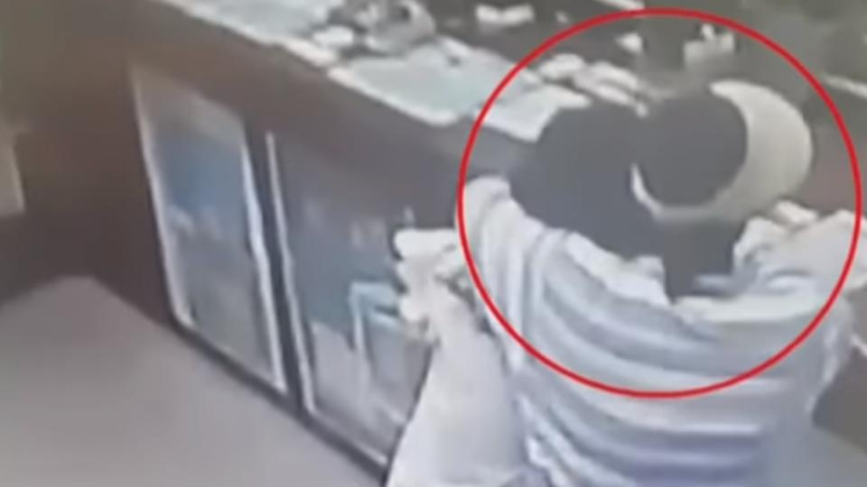 婦褲襪套頭搶郵局 行員奪刀、路人絆倒逮人