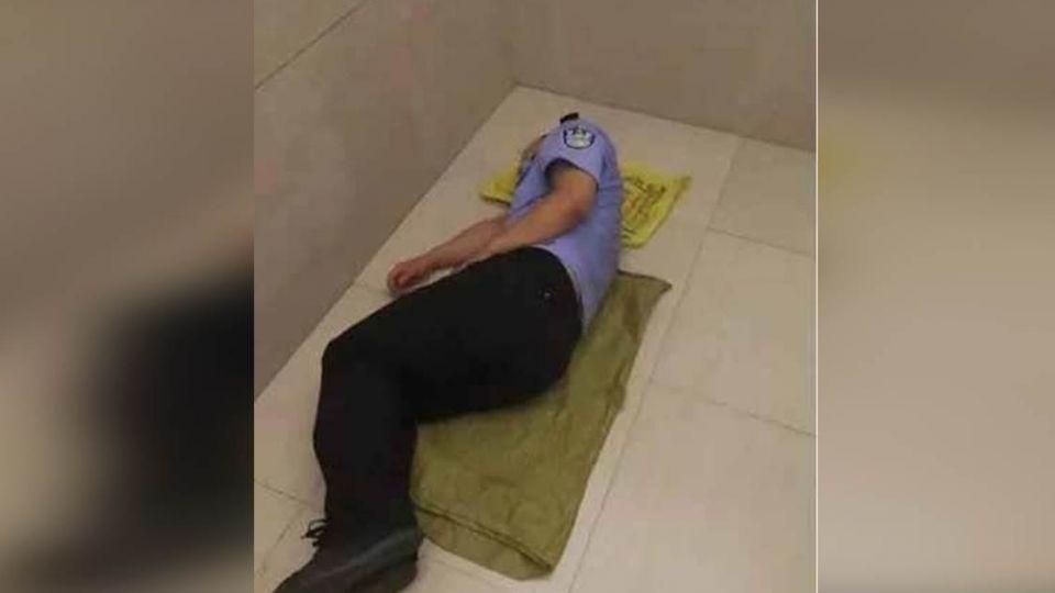 怕吵醒淺眠妻!警凌晨三點回家 自備麻布袋「樓梯口」睡一晚