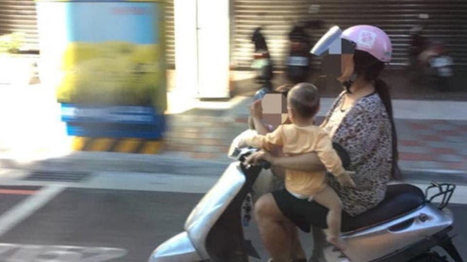 小孩充當氣囊?她騎車「這樣」載2童…網轟:失職!