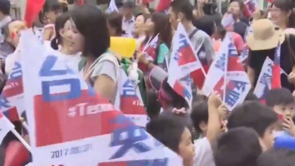 「台灣英雄 感謝有你」 民眾熱情揮旗喊加油