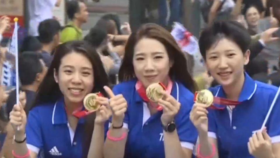 台灣英雄大會師!選手比讚揮旗秀金牌