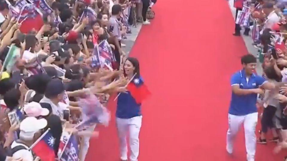 全場沸騰! 台灣英雄市府前走紅毯 民眾嗨翻