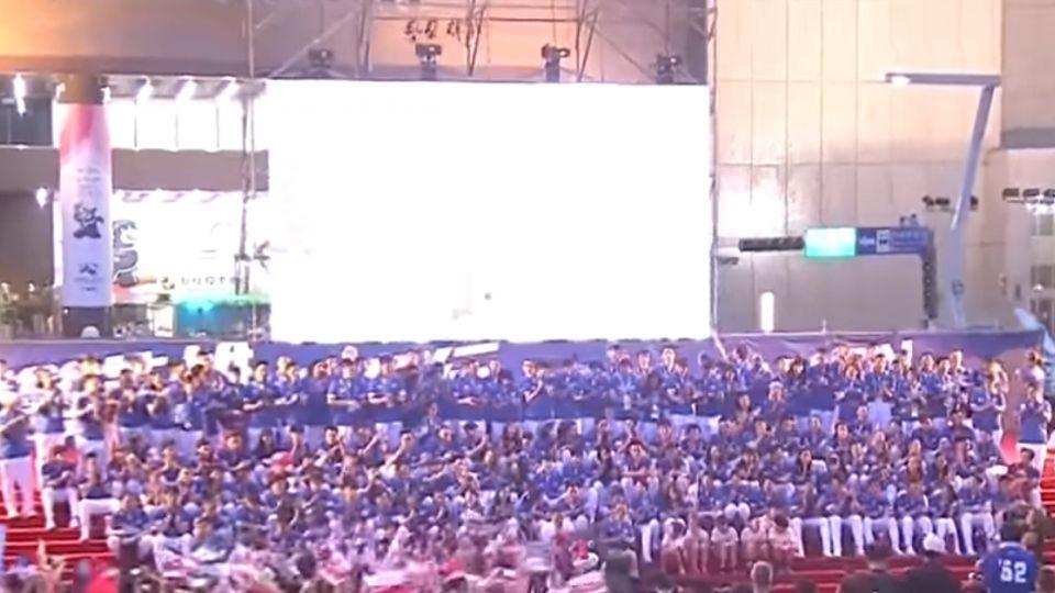 台灣英雄合唱「再出發」 市府廣場歌聲嗨翻