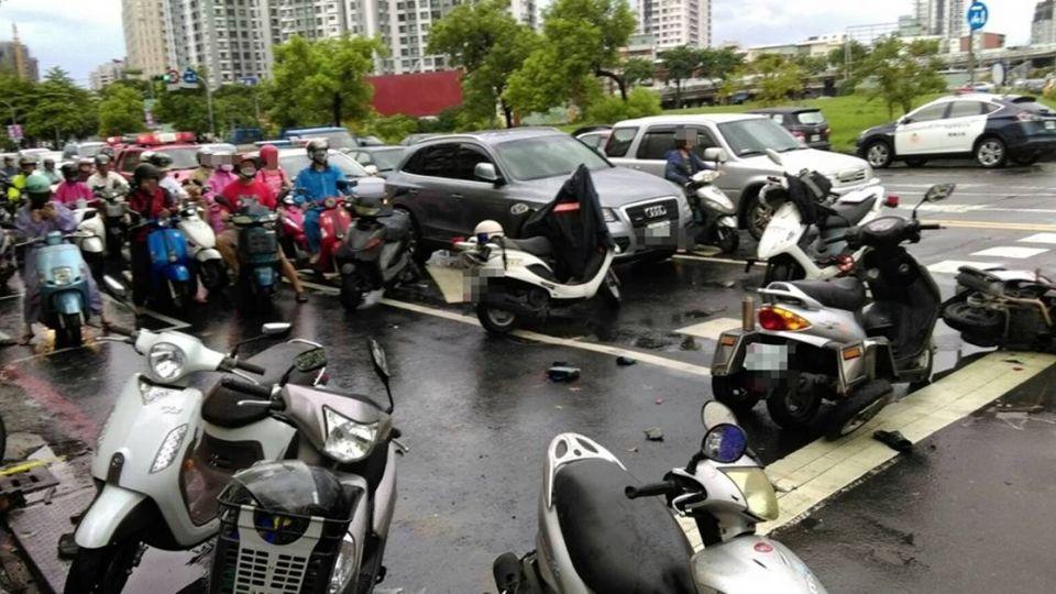 失控衝平交道!17輛汽機車如保齡球遭撞飛 婦人肇逃稱:癲癇發作