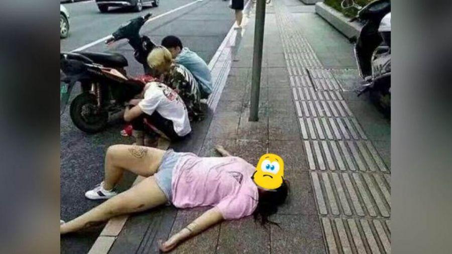 【更新】夭壽!熱褲女躺路邊「想被撿屍」 一旁3男撇頭「0反應」