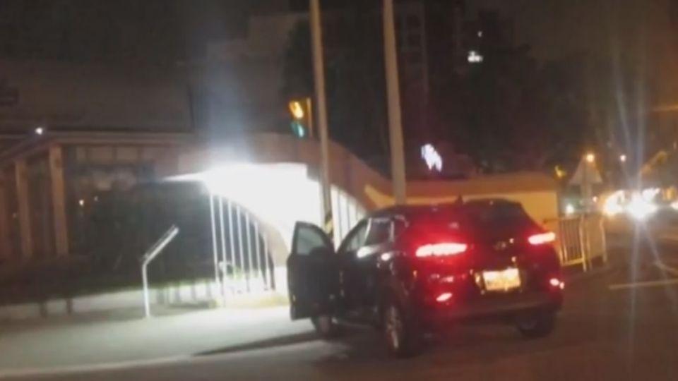 停車沒熄火一秒被偷 竊賊太興奮又撞車!