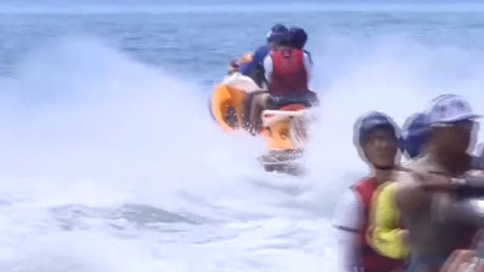 比基尼辣妹搭水上摩托車 水柱直衝下體傷