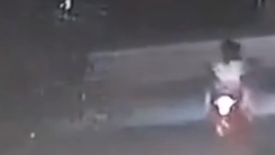 機車3貼高速狂飆 被大巴撞飛 3人當場身亡