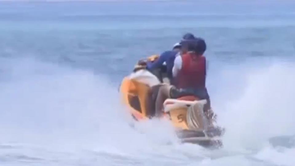 比基尼辣妹搭水上摩托車 水柱直衝傷下體