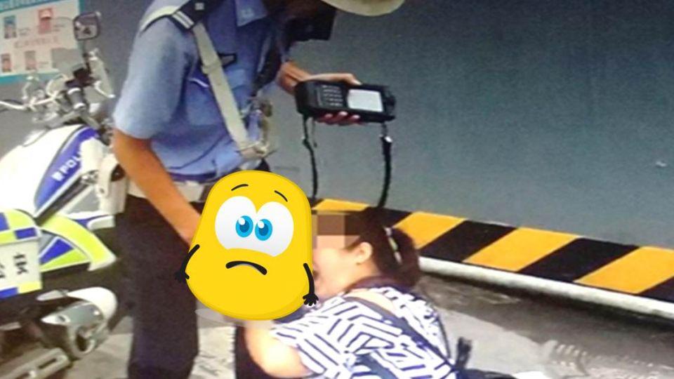 【影片】不滿違規被開單…婦人暴走撲交警「該邊」狂咬到噴血!
