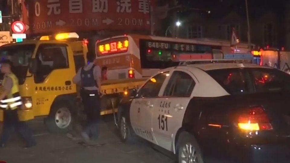 百萬車搶快闖燈撞公車 卡工地護欄、車頭毀