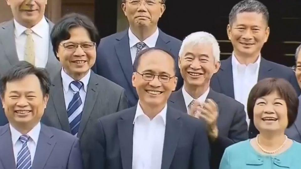 林全率內閣總辭 拍「畢業照」氣氛愉快