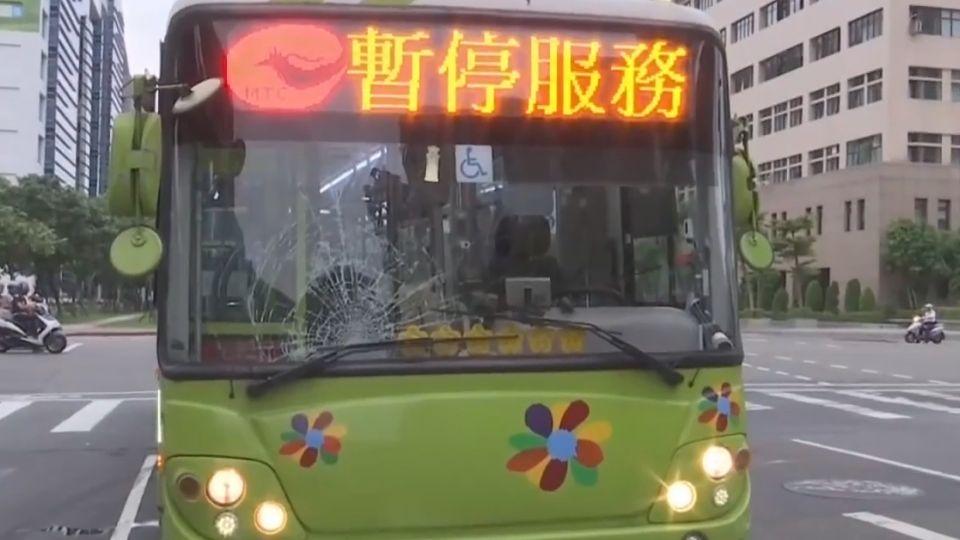 公車違規左轉撞飛!晨運妻為救夫亡