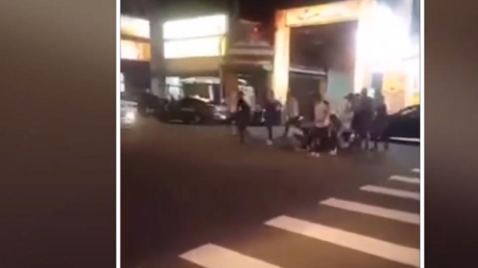 警方怒了!街頭鬥毆勸不聽 警強力壓制逮捕